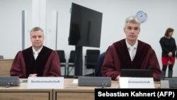Michael Neuhaus (à gauche) et Joern Hausschild, représentants du procureur fédéral, à l'ouverture du procès à Dresde, en Allemagne, où des membres du «groupe Freital» ont été jugés le 7 mars 2018.