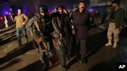 Pasukan keamanan Afghanistan membantu korban yang terluka akibat serangan bom di Kabul, Afghanistan, 17 Januari 2014 (Foto: dok).