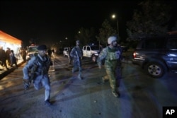 ກອງກຳລັງຮັກສາຄວາມປອດໄພອັຟການິສຖານ ຮີບຟ້າວເຂົ້າໄປ ໃນສະຖານທີ່ເກີດເຫດ ທີ່ໂຈມຕີໂດຍ ກຸ່ມຕາລິບັນ ໃນມະຫາວິທະຍາໄລ ອາເມຣິກັນ ໃນນະຄອນ Kabul, 24 ສິງຫາ 2016.