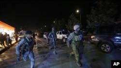 아프가니스탄 보안군 병사들이 24일 괴한의 공격을 받은 아메리칸 대학교 카불 캠퍼스에 도착하고 있다.