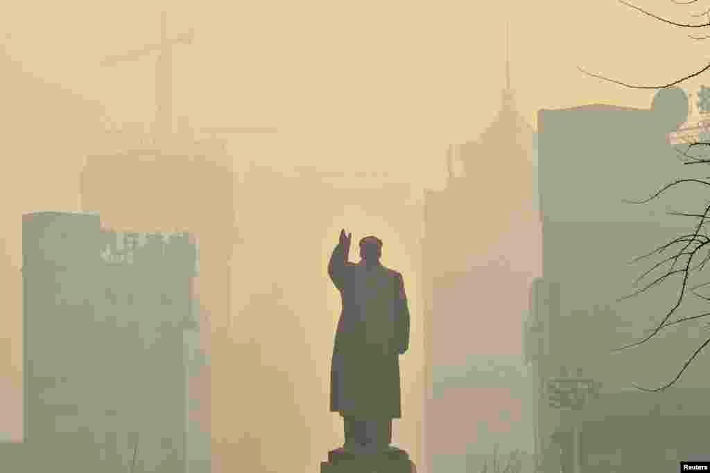 2013年5月7日,遼寧省沈陽的一個霧霾天裡中國已故的毛澤東主席的像。