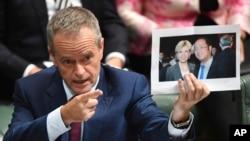 澳洲政界領袖展示黃向墨同外長的合影 (資料圖片)