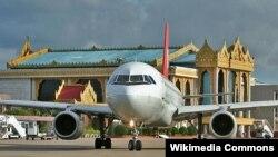 Máy bay tại sân bay quốc tế Yangon, Miến Điện.