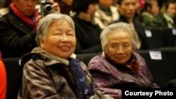 83岁高龄的许医农(右)与姐姐参加去年的一场读书会(网络图片/网友拍摄)