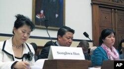 赵真惠(右)在国会作证