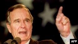 រូបភាពឯកសារ៖ លោក George Bush ថ្លែងទៅកាន់ក្រុមអ្នកគាំទ្រមួយក្រុមធំកាលពីឆ្នាំ១៩៩២ នៅអាកាសយានដ្ឋាន Sikorsky Memorial រដ្ឋ Connecticut។