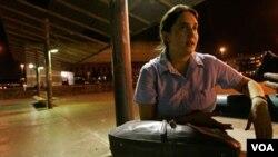 Macarena Gelman, nieta del poeta argentino Juán Gelman, quien espera encontrar los restos de María Claudia García de Gelman, nuera del poeta.