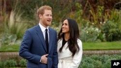 Pangeran Inggris Harry dan aktris AS Meghan Markle berpose untuk para fotografer di Istana Kensington, London (27/11).