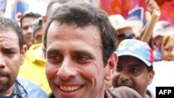 Thống đốc bang Miranda Henrique Capriles chào đón người ủng hộ tại thị trấn ven biển La Guaira, 27/1/2012