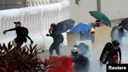 5일 홍콩에서 '범죄인 인도 조례' 개정 완전 철폐와 캐리 람 홍콩 행정장관의 사퇴를 요구하는 시위대가 경찰이 발포한 최루탄을 피해 흩어지고 있다.