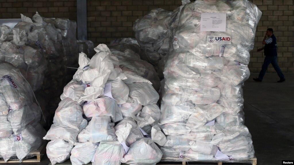 Những túi hàng viện trợ chất trong nhà kho gần cầu vượt biên giới Tienditas giữa Colombia và Venezuela ở thành phố Cucuta, Colombia, ngày 14 tháng 2, 2019.