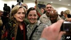 هیلاری کلینتون در حاشیه بازدید از کمپ نظامیان آمریکا در کابل، سال ۲۰۰۹
