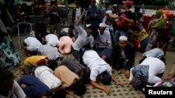 Reaksi pendukung kandidat Gubernur Jakarta Anies Baswedan saat mengetahui Baswedan memimpin perolehan suara di TPS Petamburan, 19 April 2017. (REUTERS/Beawiharta )