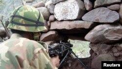 Một binh sĩ Pakistan canh phòng tại Làn ranh Kiểm soát phân chia khu vực tranh chấp Kashmir