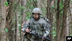 Capt. Sara Rodriguez, salah satu anggota divisi 101 Angkatan Udara AS saat berlatih di Fort Campbell, Ky, 9 Mei 2012 (Foto: dok).