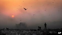 Asap tebal menutupi sinar matahari dekat tempat pembuangan sampah di New Delhi, India (foto: ilustrasi).
