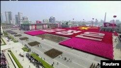 Vue d'un défilé militaire marquant le 105ème anniversaire du fondateur de l'Etat, Kim Il Sung, à Pyongyang, en Corée du Nord. Image prise d'une vidéo diffusée par la télévision publique nord-coréenne KRT, le 15 avril 2017