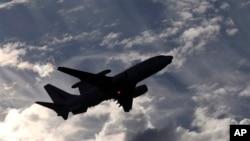 Pesawat militir Australia E-7A Wedgetail lepas lands dari bandara Perth untuk mencari pesawat Malaysia Airlines yang hilang, Australia, 5 April 2014.