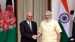 Thủ tướng Ấn Độ Narendra Modi (phải) và Tổng thống Afghanistan Ashraf Ghani.