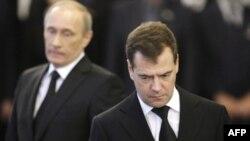 Căng thẳng giữa Tổng thống Medvedev (phải) và Thủ tướng Putin bắt đầu lộ ra công khai về vấn đề Libya