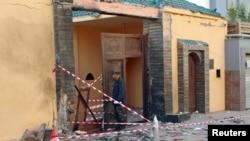 摩洛哥驻利比亚大使馆的门口被炸后,保安人员检查