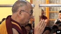 达赖喇嘛10月19日在印度达兰萨拉为九名自焚藏人祈祷