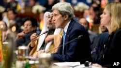 El secretario de Estado, John Kerry, habla durante la sesión de apertura de la Conferencia de Donantes en el Palacio Bayan de Kuwait.