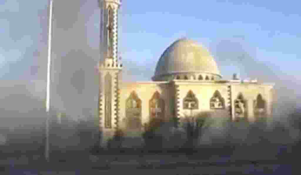 Esta imagen de un video no profesional muestra una mezquita en las cercanías de Homs.