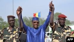 Le président Idriss Déby Itno, au centre, lève les mains des militaires tchadiens revenus du Niger, à N'Djamena, Tchad, 11 décembre 2015.