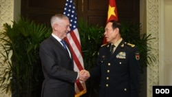 美防长马蒂斯(左)和中国国防部长魏凤和在新加坡举行的东盟国防部长会议期间举行会晤。(2018年10月18日)