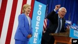 美国参议员桑德斯在竞选大会上讲话,希拉里·克林顿在旁边(2016年7月12日)