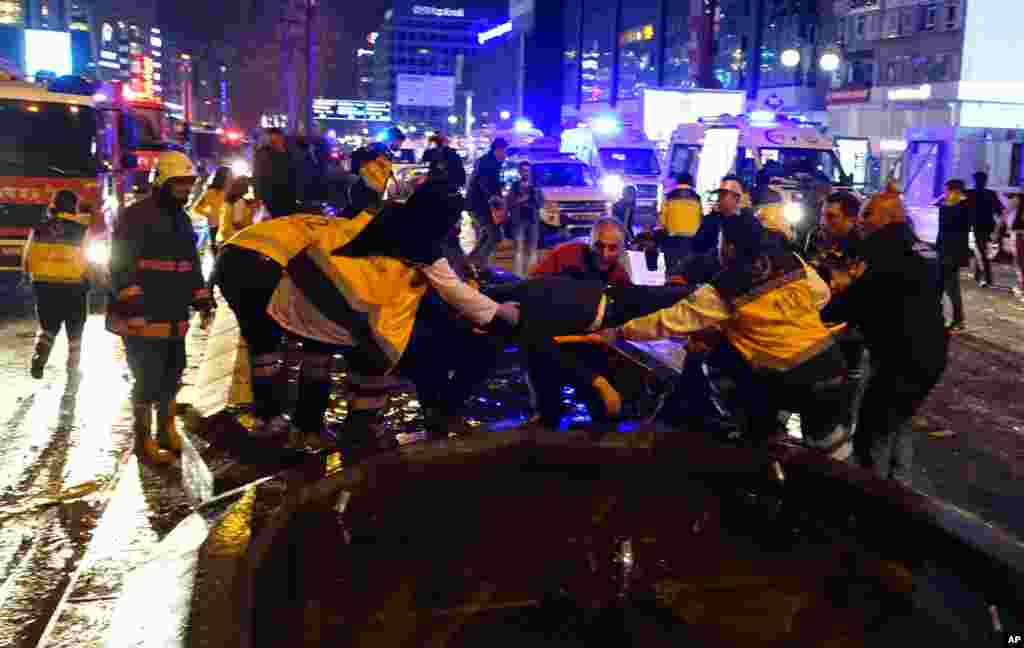 دھماکے کے بعد زخمیوں کو فوراً طبی امداد کے لیے اسپتال منتقل کیا جا رہا ہے۔