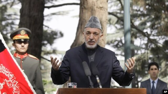 Tổng thống Afghanistan Hamid Karzai trong một cuộc họp báo tại dinh tổng thống ở thủ đô Kabul, ngày 18/10/2012