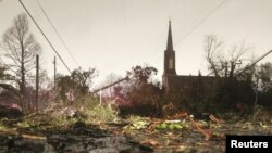 امریکی ریاست الاباما کے ایک قصبے میں میں کرسمس کے دن آنے والے طوفان سے ہونے والی تباہی کا ایک منظر