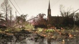 Cây cối, cột điện ngã đổ  trên đường Dauphin ở Mobibe, tiểu bang Alabama, sau trận lốc xoáy vào ngày Lễ Giáng Sinh, 25/12/12