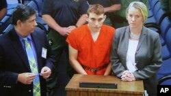 Un monitor de televisión muestra al sospechoso de la matanza, Nikolas Cruz, ante la jueza Theresa Mollica en un tribunal del condado Broward, en Fort Lauderdale, Florida.