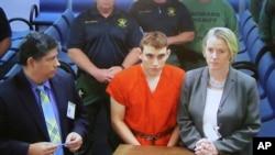 მასობრივ მკვლელობაში ეჭვმიტანილი ნიკოლას კრუზი სასამართლოს წინაშე ბრალდების მოსასმენად წარსდგა
