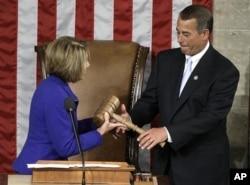 佩洛西在就职仪式上郑重地把具有象征性的议事棰交到新议长贝纳手中