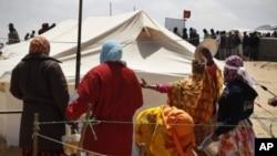 利比亞收容營中的移民正在輪候食物