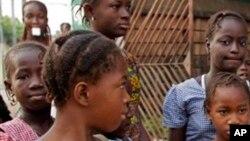 De jeunes filles sur la rue à Conakry, 19 janvier 2015. (AP Photo/Youssouf Bah, File)
