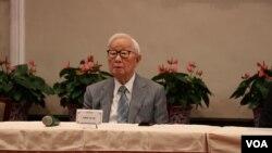 """代表台湾参加今年APEC经济领袖会议的台积电创办人张忠谋于21日出席""""APEC暨经济领袖会议会后记者会""""。(美国之音李玟仪摄)"""