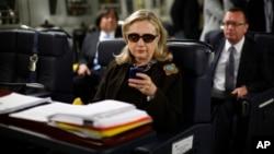 Foto de octubre de 2011 en que se ve a la entonces secretaria de Estado, Hillary Clinton, texteando en su Blackberry.