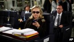 지난 2011년 재임시절 힐러리 클린턴 전 미 국무장관이 리비아행 비행기에서 업무용 블랙베리를 사용하고 있다.
