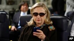 前國務卿希拉里‧克林頓因使用個人電郵地址處理公務而受到批評