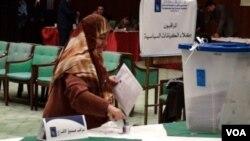 Salah seorang pemilih perempuan Irak di sebuah TPS di Baghdad.