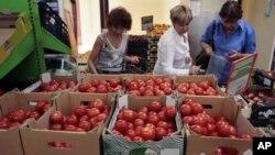 Ibu-ibu Rusia berbelanja sayuran di sebuah toko di Moskow (foto: dok). Sebagian besar warga Rusia tidak merasakan masalah serius sebagai akibat dari sanksi-sanksi Barat.
