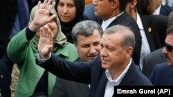 El presidente de Turquía Recep Tayyip Erdogan emitió su voto el domingo en Estambul.