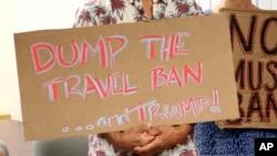 Архив: плакат противников антиимиграционного указа Дональда Трампа
