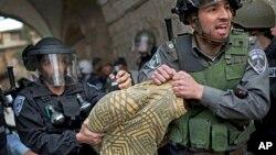 Kudüs'ün tarihi mahallesindeki çatışmalarda İsrail askerleri tarafından gözaltına alınan bir Filistinli