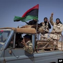 利比亚叛军通过产油城镇拉斯拉努夫的郊外